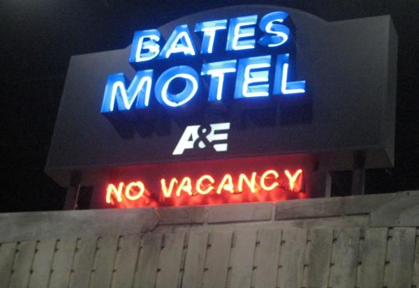 bates-motel-comic-con-booth