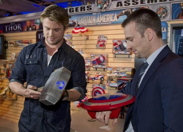 chris-evans-chris-hemsworth-captain-america-thor-toy