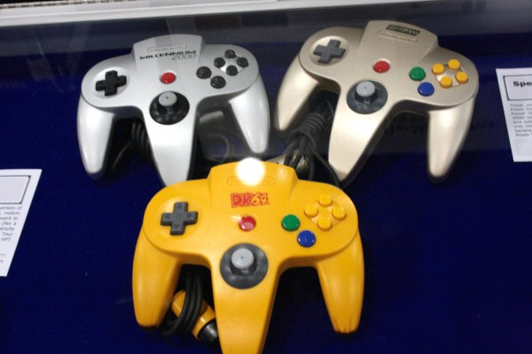 e3-vintage-gaming-nintendo-64-controllers