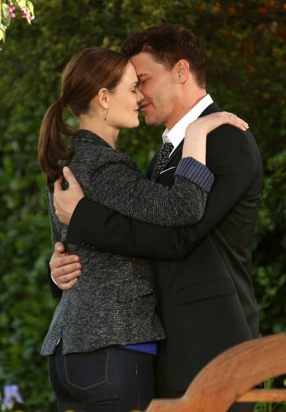 emily-deschanel-david-boreanaz-bones-season-8-finale