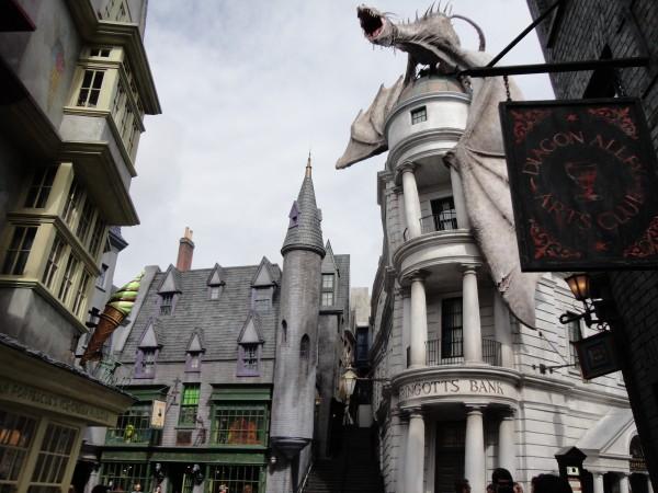 harry-potter-diagon-alley-gringotts-bank-dragon