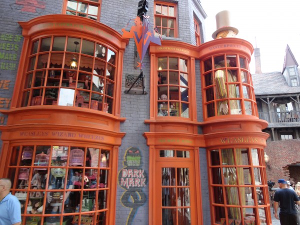 harry-potter-diagon-alley-weasley-store