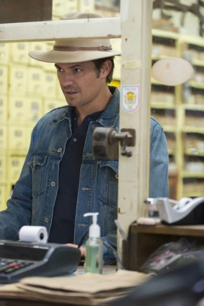 justified timothy olyphant hole in the wall