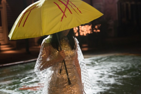 oldboy-elizabeth-olsen-umbrella