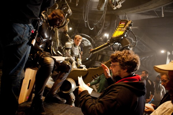 pacific-rim-set-photo-elba-hunnam-del-toro