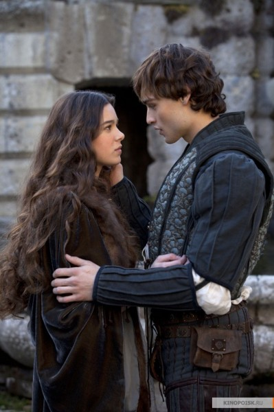 romeo-and-juliet-movie-image-hailee-steinfeld-douglas-booth