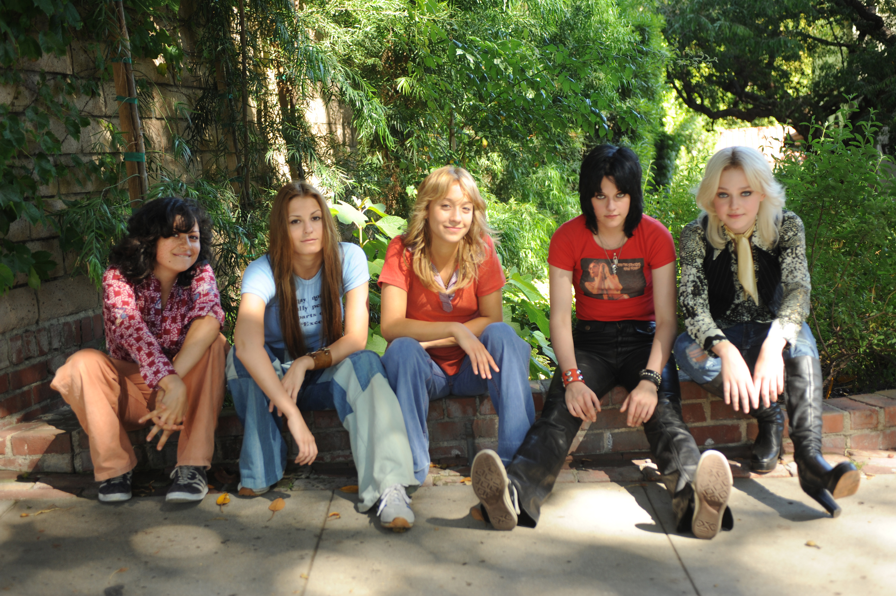 Images from THE RUNAWAYS Starring Kristen Stewart and Dakota FanningKristen Stewart And Dakota Fanning In The Runaways